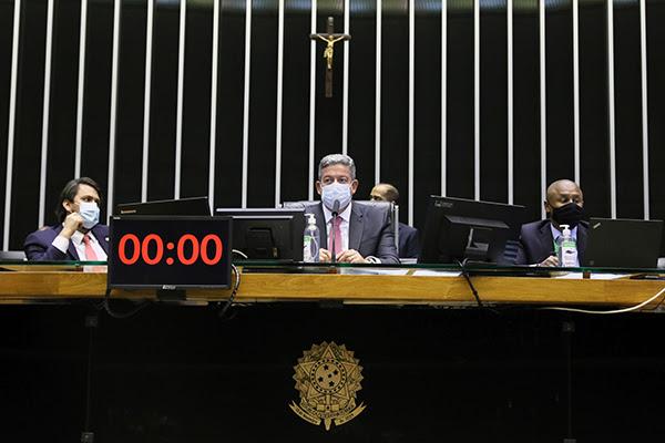 Até as 22h40 de ontem, sob o comando de Arthur Lira (PP-AL), os deputados apreciavam os 11 destaques, que poderão alterar parte do texto aprovado na semana passada