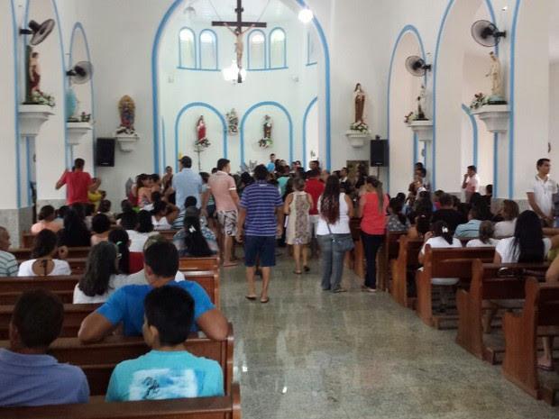 Populares acompanham velório de garota em Castelo do Piauí  (Foto: Ronaldo Mota)
