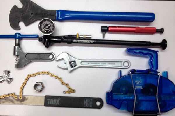 Chave de pedal, torquímetro (cabo vermelho), bomba de suspensão, chave de corrente (ou saca-corrente), chave inglesa, chave de raios, extrator de cassete e o lavador de corrente