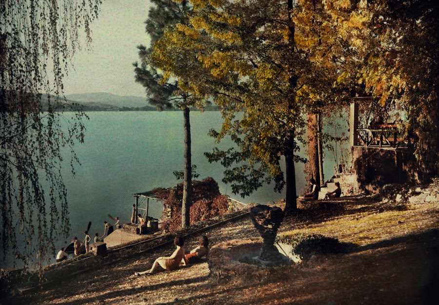Los lugareños disfrutan del sol de verano en Liberty Lake en Spokane, Washington, noviembre 1932.Photograph por Clifton R. Adams, National Geographic