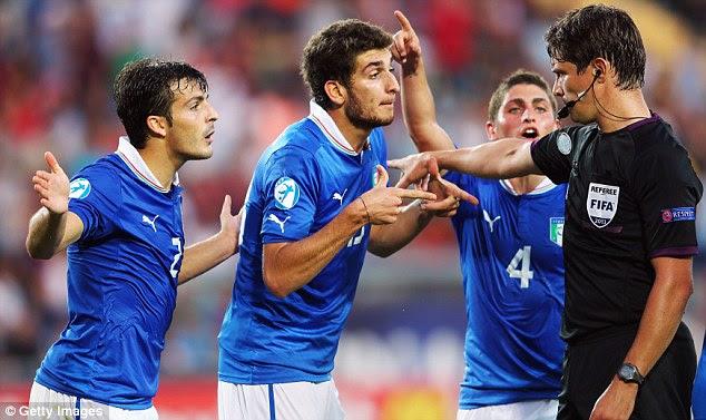 Dispute: Giulio Donati, Matteo Bianchetti and Marco Verratti (L-R) appeal against a penalty decision