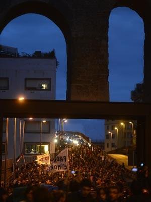 Milhares de italianos tomaram as ruas de Roma durante protesto chamado 'Dia sem Monti', neste sábado (27) (Foto: Filippo Monteforte/AFP)