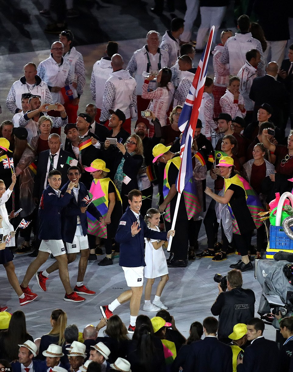 Bandeira de Grâ Bretanha Portador Andy Murray mostrou suas pernas, juntamente com o resto da equipe GB em calções brancos, jaquetas azuis e sapatos vermelhos