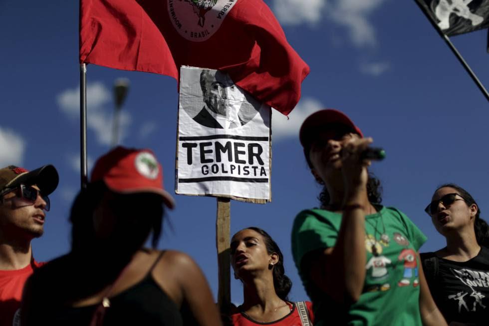 Militantes do MST protestam em frente ao Palácio do Jaburu, no dia 23.