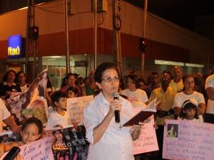 Representante da Escola Maria Auxiliadora faz leitura de carta (Foto: Juliane Peixinho/ G1)