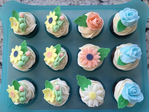 Decorated Cupcakes Ideas For A Baby Shower Fondant Flowers And Baby