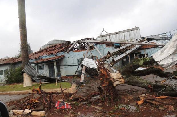 Árvores foram arrancadas e casas foram destruídas após a passagem do tornado em Taquarituba (Foto: Ricardo Ossandon/Igreja do Evangelho Quadrangular)