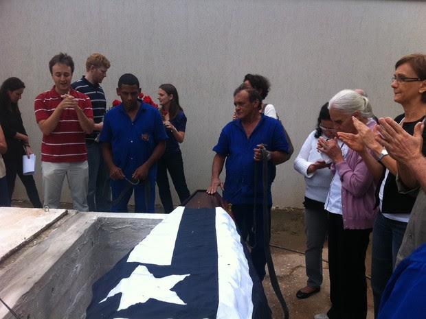Caixão de Silveirinha foi coberto com uma bandeira do Botafogo (Foto: Cristiane Cardoso/G1)