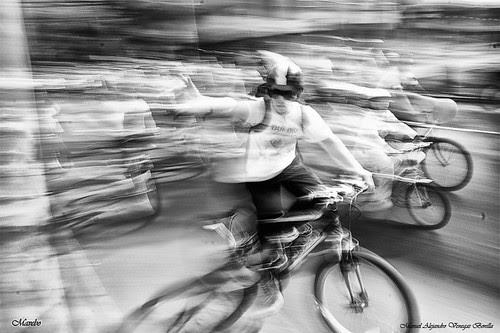 Ciclistas en la ciudad, Santiago de Chile. by Alejandro Bonilla