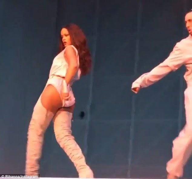 Suportando seu material: A cantora também compartilhou um par de clipes do show, incluindo um de seus sauntering através do estágio