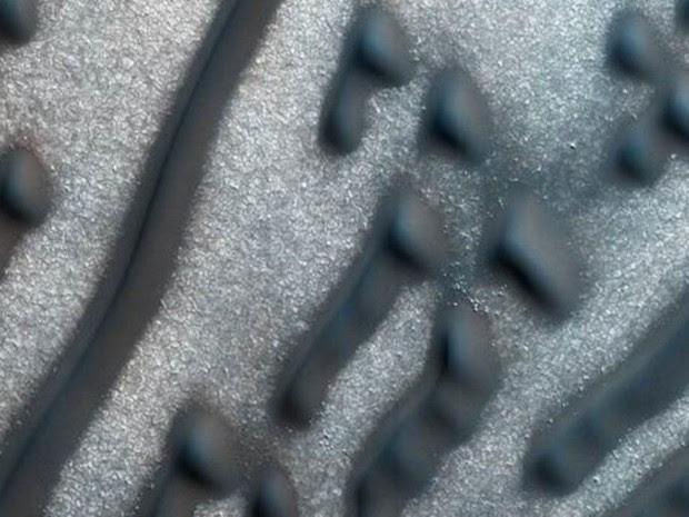 Imagem detalhada dos pontos e linhas perto do polo norte marciano (Foto: NASA/JPL-Caltech/University of Arizona)