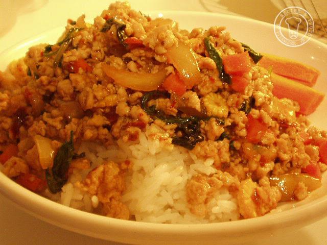 Schep de rijst op 2 borden en verdeel de Kai Phad Kaphrao erover.