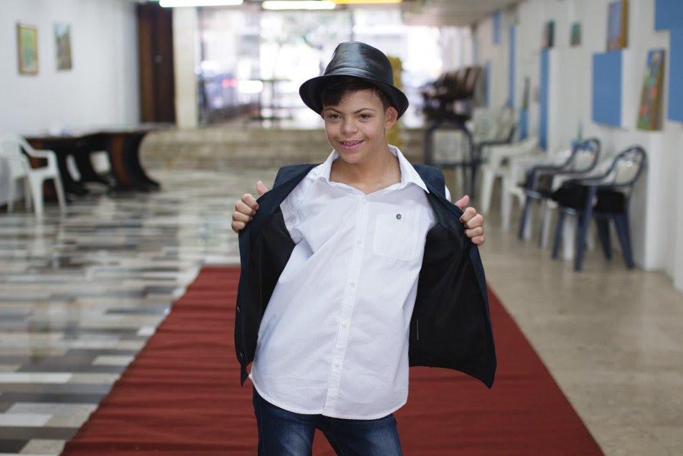 Matheus desfila pelo 'Fashion Inclusivo'.