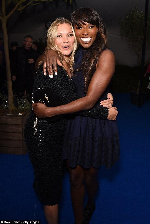 Kate Moss puxou Lorraine Pascale para ter um abraço enquanto se deparavam um com o outro no evento