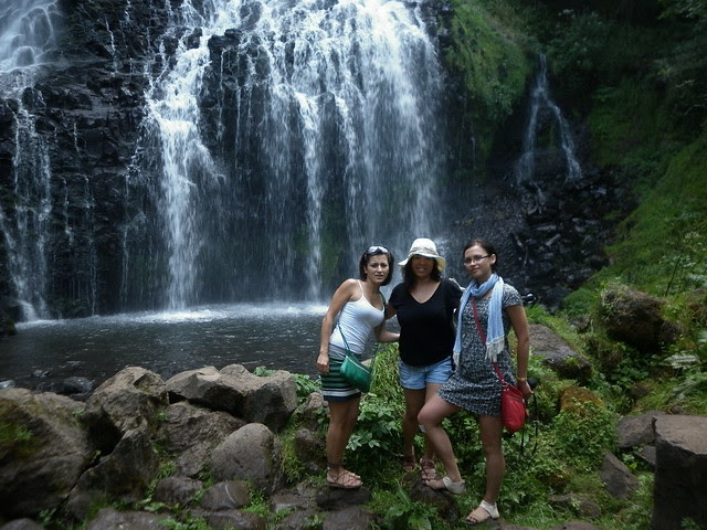 Niki,_Me,_and_Kate_in_front_of_the_waterfall