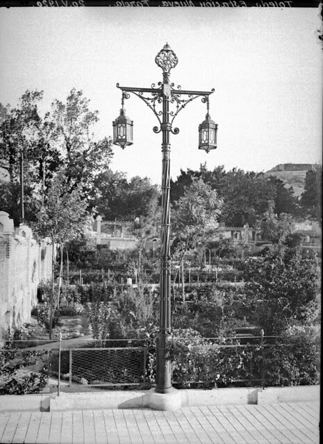 Farola de forja de Julio Pascual en la Estación de Ferrocarril el 20 de abril de 1920 © Archivo Histórico Ferroviario del Museo del Ferrocarril de Madrid. Fotografía de F. Salgado. Signatura 0519-IF MZA 0-12