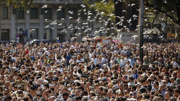 Tras el atentado de ayer, Barcelona homenajea a sus víctimas con un minuto de silencio. Foto: AP/ Francisco Seco.