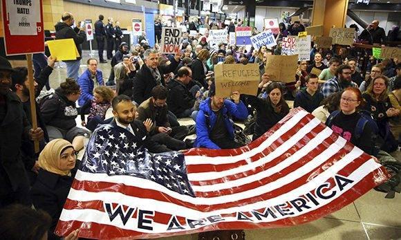 Protestas en el aeropuerto de Seattle. Foto: Genna Martin/ AP.