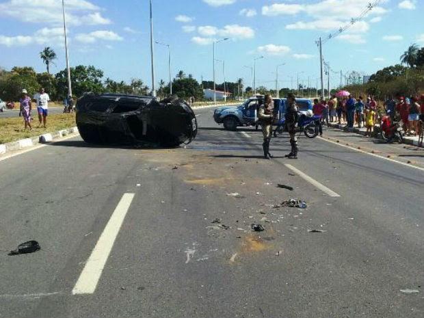 Motorista foi arremessado do carro após perder controle do carro (Foto: Aldo Matos/Acorda Cidade)
