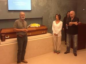 Os atores Paulo Gracindo Jr, Cássia Kiss e Jayme Periard prestam homenagem a Claudio Cavalcanti (Foto: Janaína Carvalho/G1)