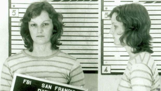Patty Hearst foi sequestrada por um grupo de guerrilheiros e resolveu se juntar a eles  (Foto: FBI)