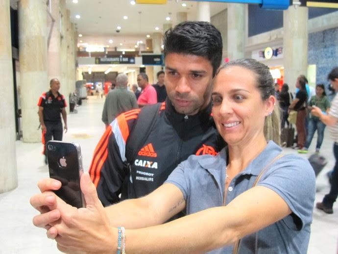 Eduardo da Silva, desembarque Flamengo (Foto: Thales Soares)