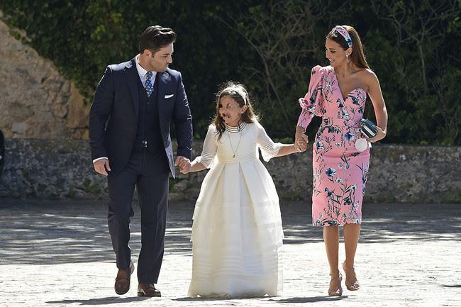 Paula Echevarría luce un vestido con escote asimétrico de Dolores Promesas Heaven en la comunión de su hija Daniella