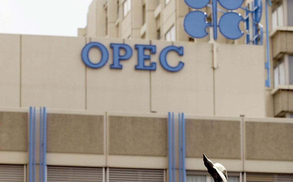 Από τον Ιούνιο του 2014, ο ΟΠΕΚ, υπό την ηγεσία της Σαουδικής Αραβίας, αρνείται να περιορίσει την παραγωγή του, σε μια προσπάθεια να ελέγξει τις τιμές του πετρελαίου.