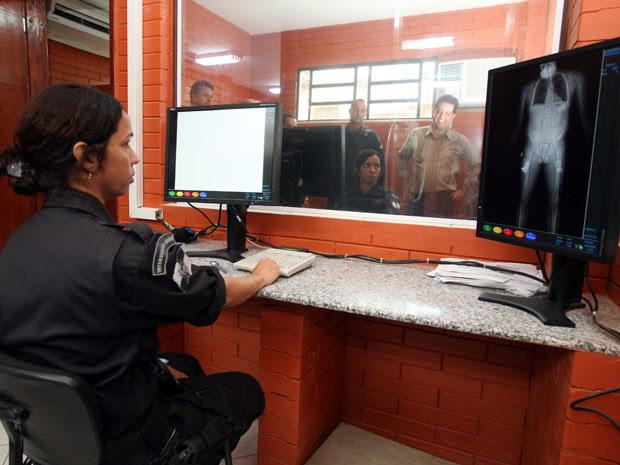 Inspetora monitora scanner na entrada do Complexo Penitenciário de Gericinó (Foto: Carlos Magno/Governo do Estado)