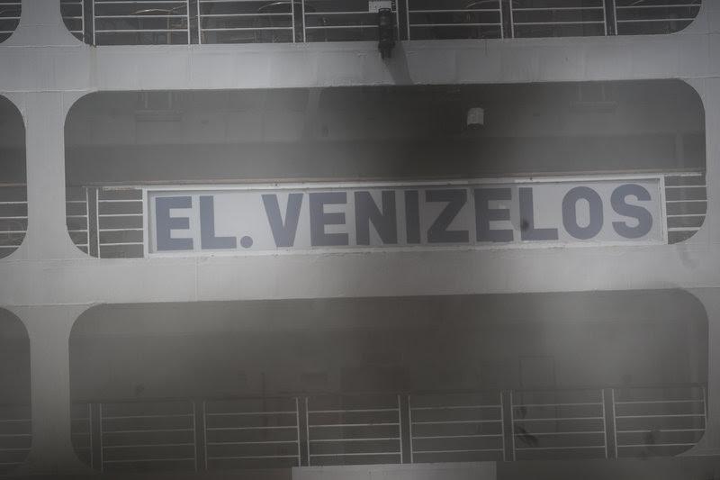 Το Ελ.Βενιζέλος, 17 ώρες μετά, ακόμη καπνίζει.