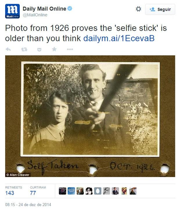 Fotografia de 1926 mostra casal britânico usando 'bastão de selfie' para fazer autorretrato (Foto: Reprodução/Daily Mail/Alan Cleaver)