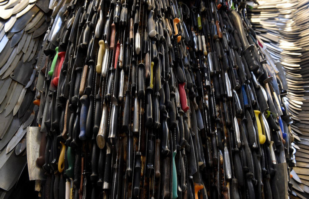 Anjo das Facas - uma escultura feita de 100.000 facas confiscadas pela polícia 09