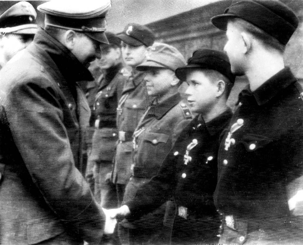 Adolf Hitler saluda a unos niños soldado el 19 de marzo de 1945, en la que es la última foto que AP distribuyó del dictador antes de que este se sucidara pocas semanas después.