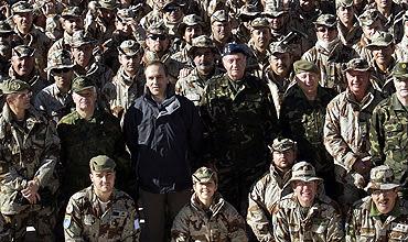 El Rey y el minitro de Defensa. junto a las tropas. (EFE)
