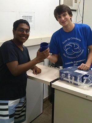 Guilherme Batistuti distribuem canecas de plástico para calouros da Unicamp (Foto: Diogo Furlan/ Arquivo Pessoal)