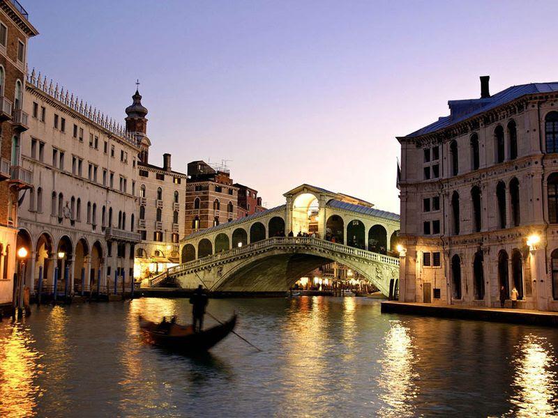 5. Осмотреть Новое гетто<br>Удивительно, но первое в мире еврейское гетто появилось именно в Венеции. И само слово «гетто» – это немного искаженное венецианское слово «джетто», которое означало «шлак» (просто в те времена в районе Каннареджо находились склады шлака). В 1516 г правительство Венецианской республики, выполняя указания папы, запретил евреям селиться в самой Венеции. Все венецианские евреи были переселены на отдельный остров, который с остальным городом связывали три моста. На ночь и эти проходы запирались воротами. Сегодня эти места не пользуются особой популярностью у венецианских экскурсоводов, но они, конечно же, могут очень многое рассказать о подлинной истории Венеции.