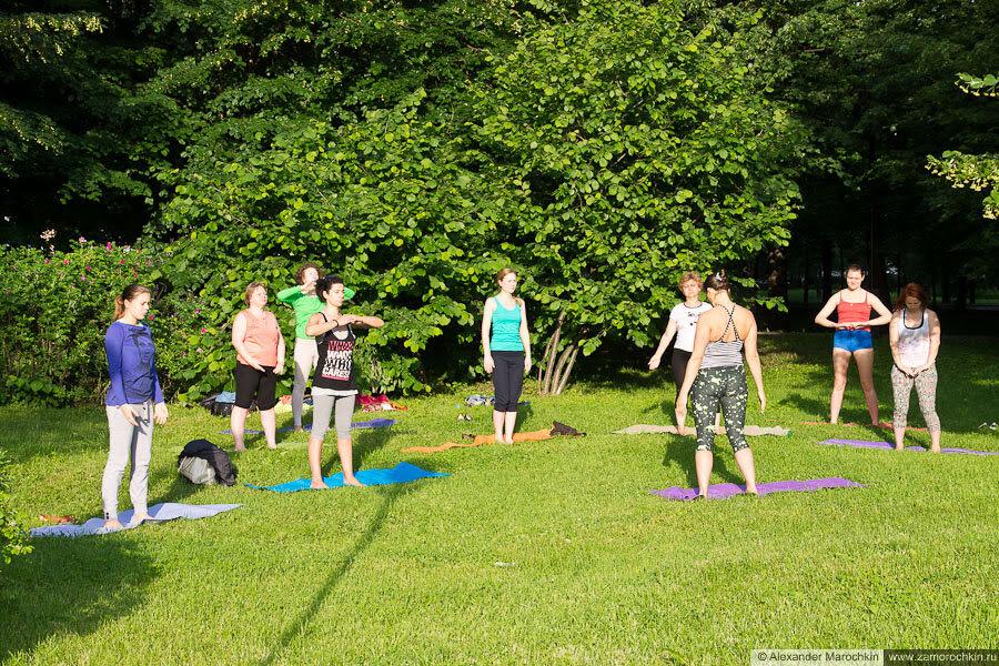 Утренняя гимнастика в парке на свежем воздухе