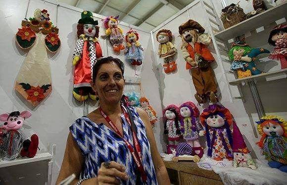 Jacqueline Arencibia, una de las artesanas que da vida a hermosas muñecas en el proyecto Bazar de sueños. Foto: Irene Pérez/ Cubadebate.