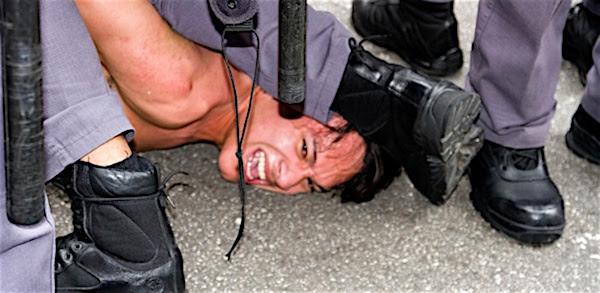 Estudante do terceiro ano do ensino médio foi detido acusado por desacato. Ele foi algemado e carregado por quatro policiais (Foto: Mauricio Camargo/Eleven/Estadão Contre)