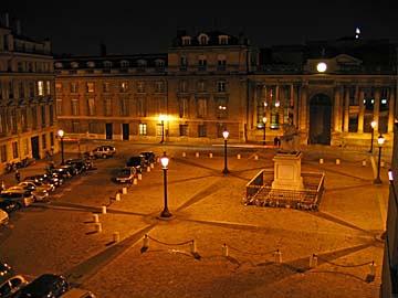 [square at night]