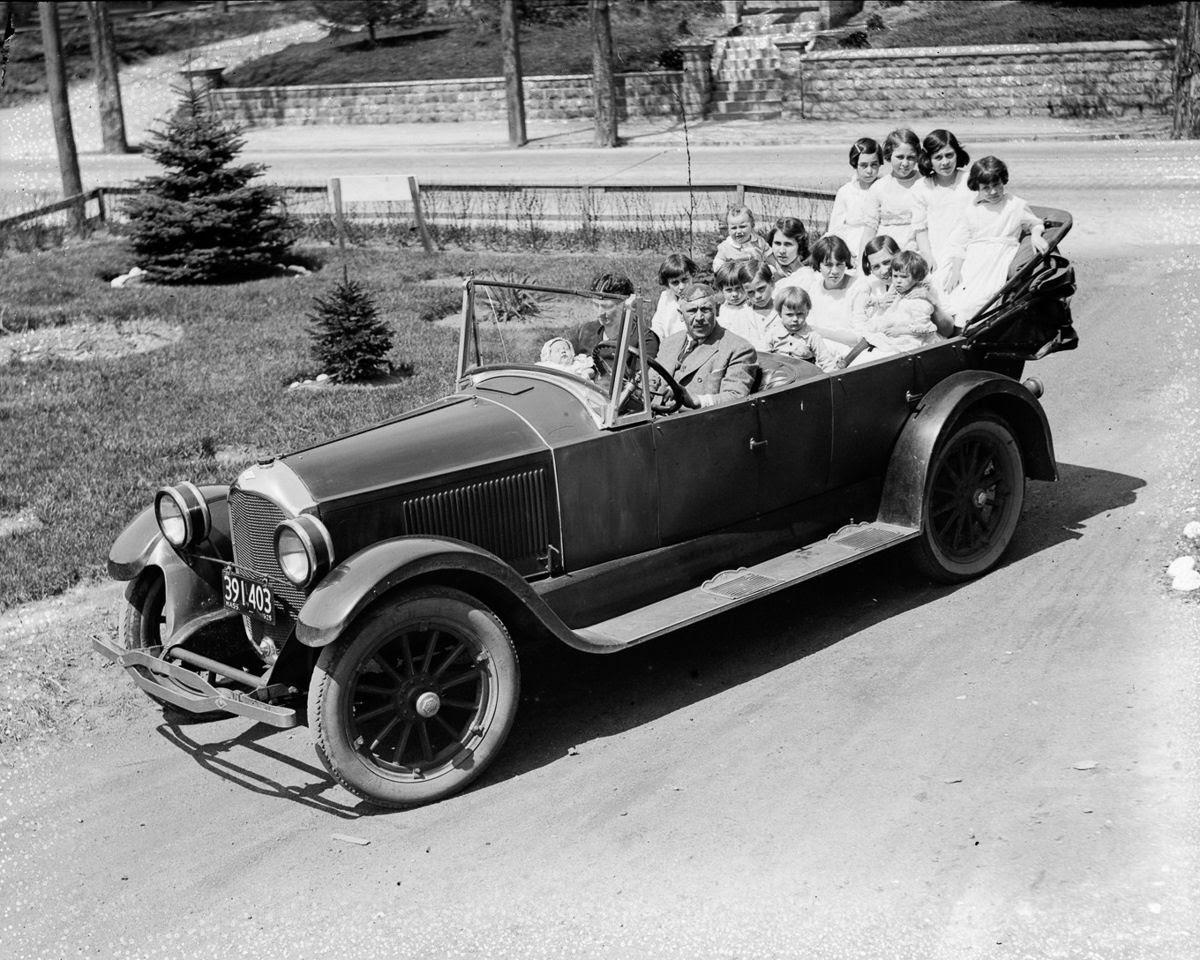 Como uma família com 13 filhos era empilhada em um carro em 1925 07