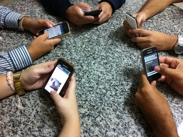 As pessoas passam cada vez mais tempo conectadas. (Foto: Fabiana De Mutiis/G1)