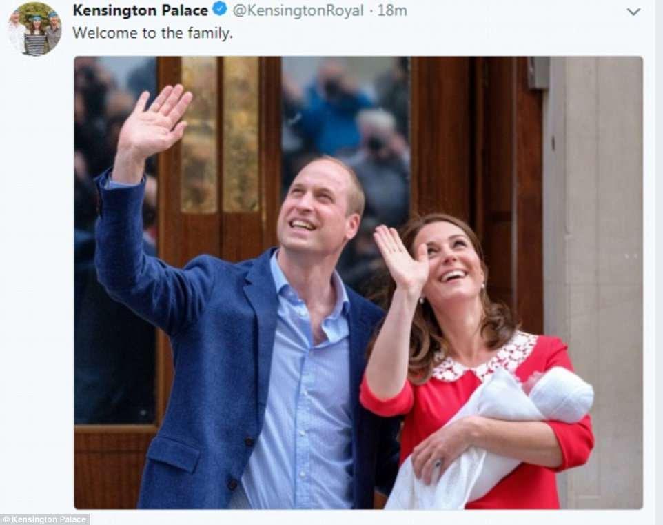 La cuenta oficial de Twitter del Kensington Palace compartió una foto de los padres orgullosos con el nuevo príncipe con el título 'Bienvenido a la familia'
