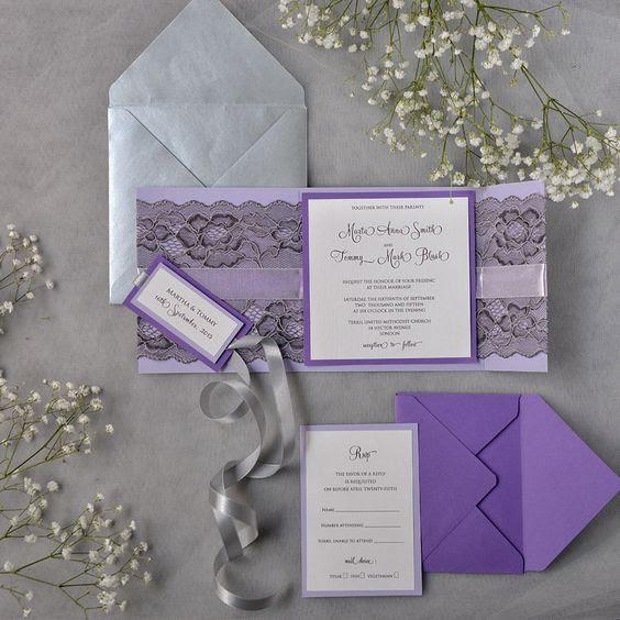 Lavendel-mit schwarzer Spitze-Hochzeits-Einladung und einen grauen Umschlag ist eine schöne combo