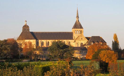 L'abbaye vue au milieu des arbres l'environnant
