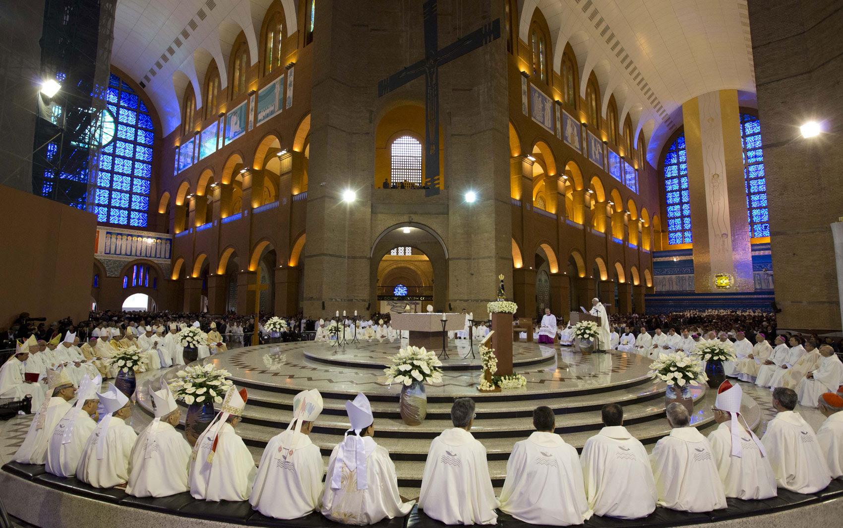 Membros do clero participam da missa ministrada pelo Papa Francisco em Aparecida (SP)