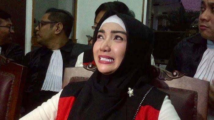 Roro Fitria menangis di ruang sidang Pengadilan Negeri Jakarta Selatan, Rabu (17/10/2018).