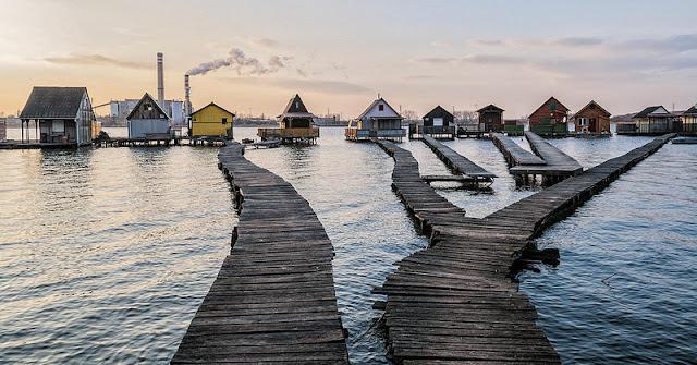 Mengintip Uniknya Rumah Terapung Di Danau Bokodi