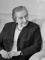 """Golda Meir, il ministro degli esteri israeliano dal 1969. Detta """"donna di ferro"""" (anni prima dell'inglese Margaret Thatcher) si autodefiniva """"l'unico vero uomo del suo governo"""". Rimase in carica fino a dopo la fine della guerra del Kippur."""