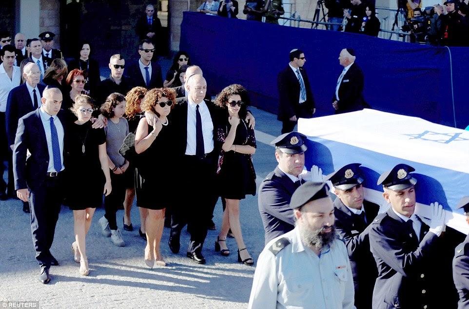 Desprovido: Os membros da família do ex-presidente israelense, Shimon Peres andar atrás de seu caixão coberto pela bandeira durante uma cerimônia no Knesset, o parlamento israelense